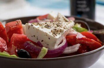 restaurant eten salade kaas tomaat olijven ui