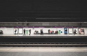 trein station controleer op vertragingen voor je vertrek naar schiphol openbaar vervoer